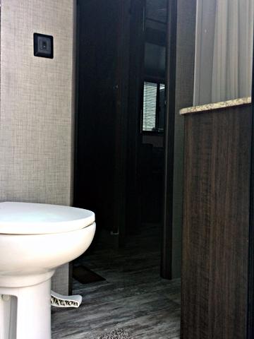 2018-Zinger328SB-bathroom-2
